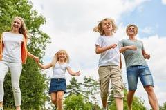 Gelukkige familie en kinderen op actieve vakantie royalty-vrije stock afbeeldingen