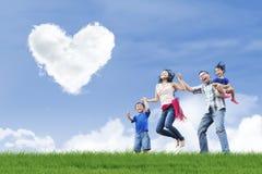Gelukkige familie en liefdewolken Royalty-vrije Stock Foto's