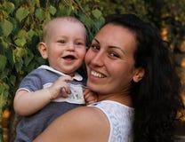 Gelukkige Familie En moeder en Baby die kussen koesteren Royalty-vrije Stock Afbeeldingen