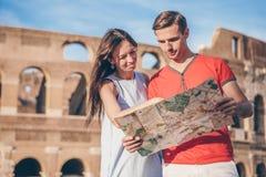 Gelukkige familie in Europa Romantisch paar in Rome over Coliseum-achtergrond stock fotografie