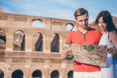 Gelukkige familie in Europa Romantisch paar in Rome over Coliseum-achtergrond stock foto's