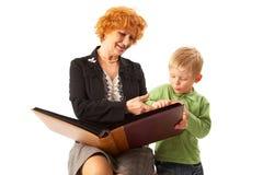 Gelukkige familie: Grootmoeder en kleinzoon Royalty-vrije Stock Afbeeldingen