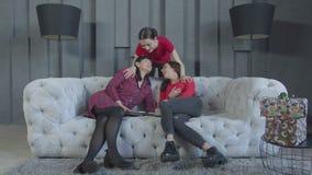 Gelukkige familie het besteden vrije tijd in binnenlandse ruimte stock footage
