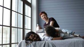 Gelukkige familie het besteden vrije tijd tussen verschillende rassen thuis stock video