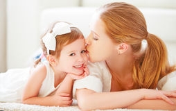 Gelukkige Familie Het mamma kust haar weinig kind Royalty-vrije Stock Fotografie