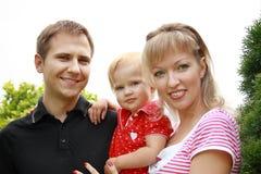 Gelukkige familie in het park Stock Afbeeldingen