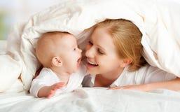 Gelukkige familie. Het spelen van de moeder en van de baby onder deken Royalty-vrije Stock Afbeeldingen