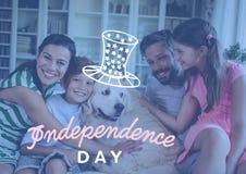Gelukkige familie het vieren onafhankelijkheidsdag thuis royalty-vrije stock foto's