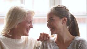 Gelukkige familie hogere rijpe moeder en het jonge vrouw het spreken lachen stock video