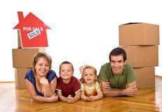 Gelukkige familie in hun onlangs gekocht huis royalty-vrije stock afbeeldingen