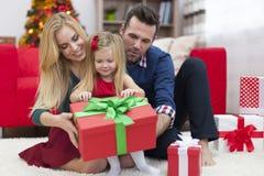 Gelukkige familie in Kerstmistijd stock foto's