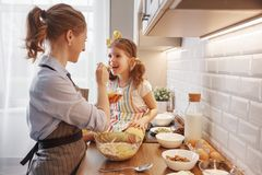 Gelukkige Familie in Keuken Moeder en kindbakselkoekjes Royalty-vrije Stock Foto