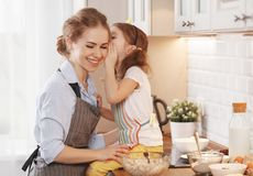 Gelukkige Familie in Keuken Moeder en kindbakselkoekjes Stock Afbeeldingen