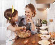 Gelukkige Familie in Keuken Moeder en kindbakselkoekjes Stock Afbeelding