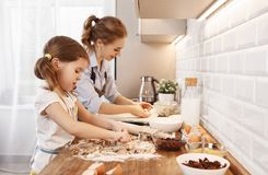 Gelukkige Familie in Keuken Moeder en kindbakselkoekjes Stock Foto's