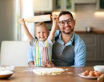 Gelukkige Familie in Keuken vader en kindbakselkoekjes royalty-vrije stock afbeeldingen