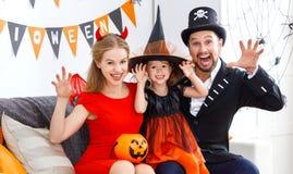 Gelukkige familie in kostuums die klaar voor Halloween worden royalty-vrije stock afbeelding