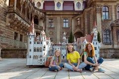 Gelukkige familie - mamma en twee dochters Stock Afbeeldingen