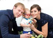 Gelukkige familie met één éénjarigejongen met bloemen Royalty-vrije Stock Foto