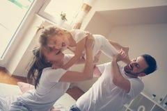 Gelukkige familie met één dochter het besteden tijd thuis Stock Foto