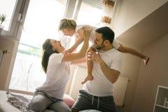 Gelukkige familie met één dochter het besteden tijd thuis Royalty-vrije Stock Fotografie