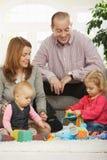 Gelukkige familie met baby en peuter Royalty-vrije Stock Afbeeldingen