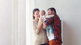 Gelukkige familie met baby thuis stock video