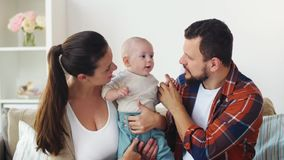Gelukkige familie met baby thuis stock videobeelden