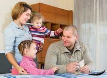 Gelukkige familie met bankbiljetten Stock Foto's