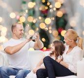 Gelukkige familie met camera thuis Royalty-vrije Stock Afbeelding