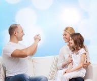 Gelukkige familie met camera thuis Stock Foto's