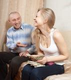 Gelukkige familie met de dollars van de manenV.S. Stock Fotografie