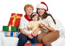 Gelukkige familie met doosgift, vrouw met kind en bejaarden - vakantieconcept Stock Foto's
