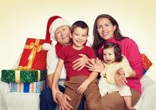 Gelukkige familie met doosgift, vrouw met kind en bejaarden - vakantieconcept Stock Afbeeldingen