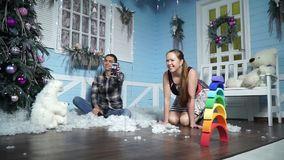 Gelukkige familie met een telefoonzitting in het de winterlandschap stock videobeelden