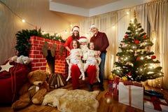 Gelukkige familie met en Santa Claus die lachen glimlachen Moeder, fath royalty-vrije stock foto's