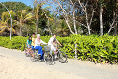 Gelukkige familie met fietsen Stock Afbeelding
