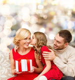 Gelukkige familie met giftdoos Stock Foto's