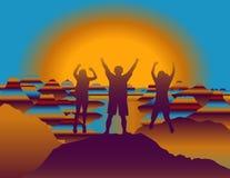 Gelukkige familie met handen die omhoog en pret op de bovenkant van berg springen hebben bij zonsondergang Stock Afbeeldingen