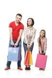 Gelukkige familie met het winkelen zakken royalty-vrije stock foto