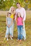 Gelukkige familie met jonge geitjes royalty-vrije stock afbeelding