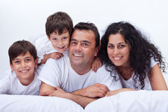 Gelukkige familie met jonge geitjes - portret in bed Royalty-vrije Stock Afbeeldingen