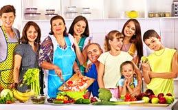 Gelukkige familie met kind het koken bij keuken. Royalty-vrije Stock Fotografie