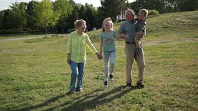 Gelukkige familie met kinderen die pret in park hebben stock videobeelden