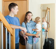 Gelukkige familie met koffers royalty-vrije stock afbeelding