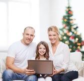 Gelukkige familie met laptop computer Stock Foto