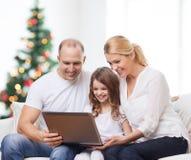 Gelukkige familie met laptop computer Stock Fotografie