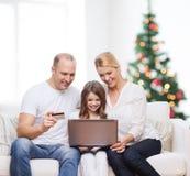 Gelukkige familie met laptop computer Stock Foto's