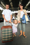 Gelukkige familie met meisje bij station stock afbeelding