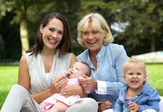 Gelukkige familie met moeder, kinderen en grootmoeder stock afbeeldingen